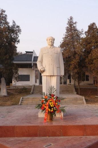 徐州淮塔碑林毛主席塑像前广场举行清明祭奠先烈仪式