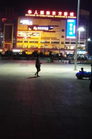 华人影城旁边广场轮滑