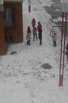 打雪仗、堆雪人活动