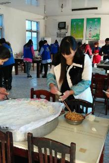 2015.3.14上午蓝贝雷志愿者走进新庄敬老院给老人包饺子吃