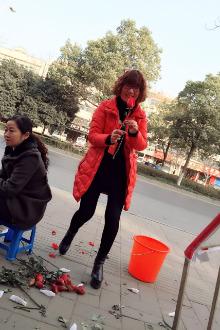 舞钢志愿者情人节义卖玫瑰活动