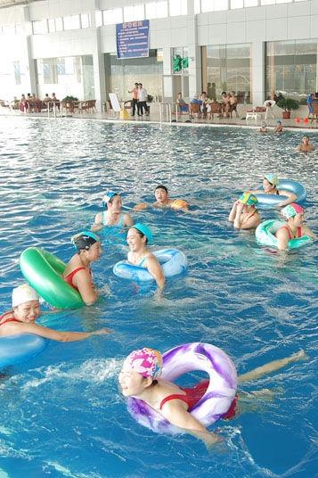 清凉一夏欢聚游泳