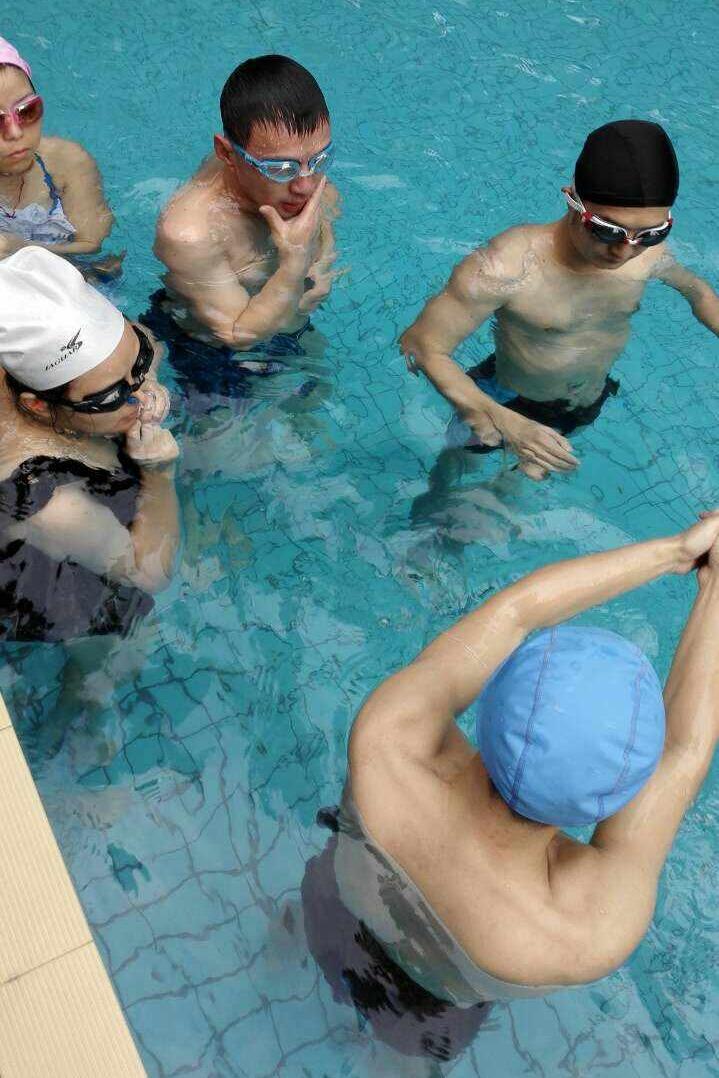免费学游泳两次就学会每周一于阳光四季泳池