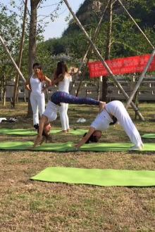 灵白常规线联谊古尔兰瑜伽赏风景,看户外瑜伽表演
