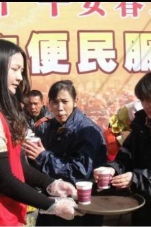 13-15号梅州市爱心家园义工团开展关爱春节返乡旅客活动