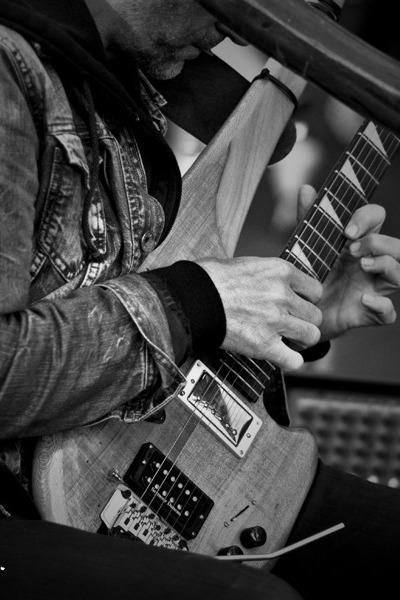 吉他手现场深情演绎。四期鼎力打造。