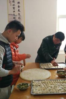 16.1.23蓝贝雷志愿者走进晓店敬老院包饺子