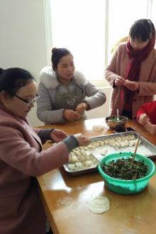 16.2.27蓝贝雷志愿者走进晓店敬老院包饺子