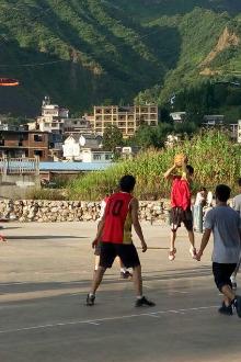 周六广场街打篮球