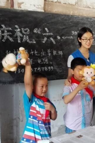 嘉陵青年志愿者走进新桥小学为同学们过六一儿童节