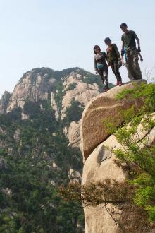攀登蒙山第二险,聚宝崖西崖