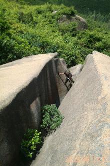 风车山之地下河探险~攀爬一线天大石缝