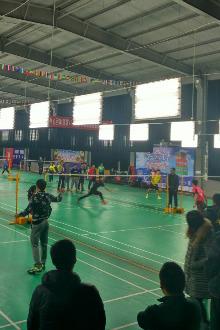 吾尔羽毛球馆打球健身
