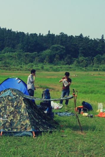 燕子坞户外—八分山爬山露营烧烤油焖大虾.