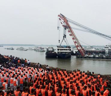 长江沉船打捞现场举行悼念活动